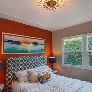 Modelo de habitación de invitados actual, de tamaño medio, sin chimenea, con parades naranjas y suelo de madera oscura