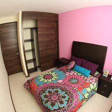Modern Bedroom by Carlos Avila ConE