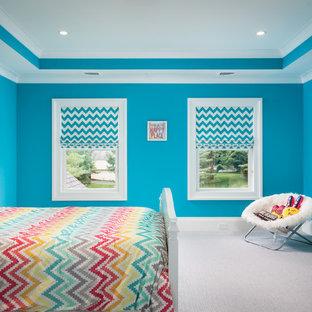 Imagen de dormitorio principal, clásico, extra grande, con paredes azules, moqueta y suelo blanco