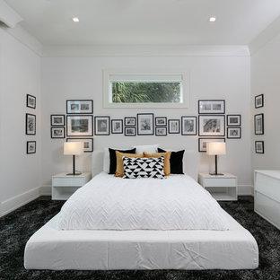 Idée de décoration pour une chambre avec moquette marine avec un mur blanc, aucune cheminée et un sol noir.