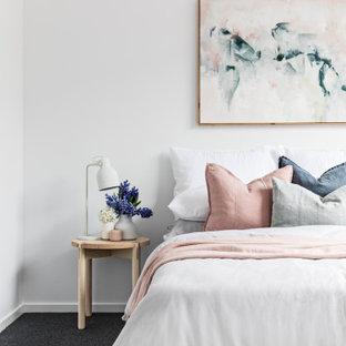 Esempio di una camera da letto nordica con pareti bianche, moquette e pavimento nero