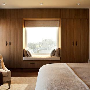 Idee per una camera da letto moderna con pareti beige e parquet scuro