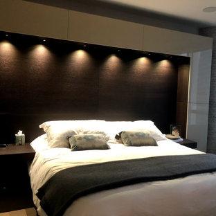 Imagen de dormitorio principal, minimalista, grande, sin chimenea, con paredes multicolor y suelo gris