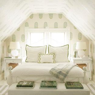 Пример оригинального дизайна: гостевая спальня в классическом стиле с разноцветными стенами и белым полом