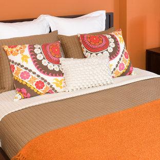 Imagen de habitación de invitados actual, de tamaño medio, sin chimenea, con parades naranjas y suelo de madera en tonos medios
