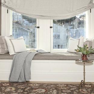 Ispirazione per una piccola camera matrimoniale chic con pareti marroni e pavimento in legno massello medio