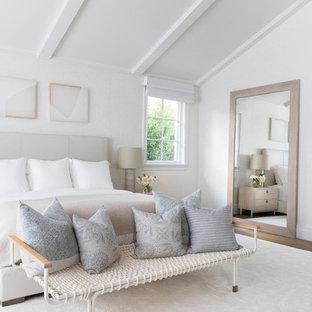 Modelo de habitación de invitados minimalista, grande, con paredes beige, suelo de madera clara y suelo beige