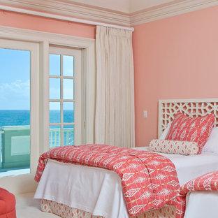 Идея дизайна: гостевая спальня в современном стиле с розовыми стенами