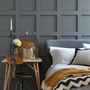 Diseño de dormitorio principal, clásico renovado, con paredes negras y suelo blanco