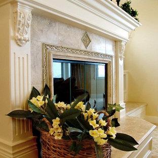 Imagen de dormitorio principal, costero, extra grande, con paredes amarillas, moqueta, chimenea tradicional y marco de chimenea de baldosas y/o azulejos