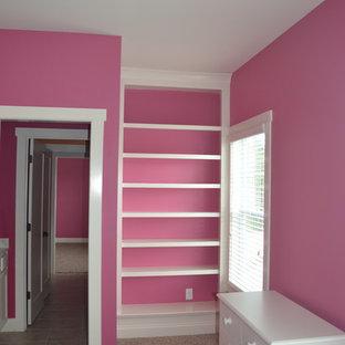 Modelo de habitación de invitados contemporánea, de tamaño medio, sin chimenea, con paredes rosas, moqueta y suelo beige