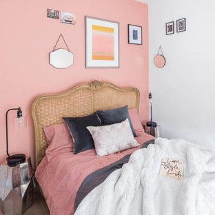 Ispirazione per una piccola camera matrimoniale con pareti rosa, pavimento in laminato, nessun camino e pavimento marrone