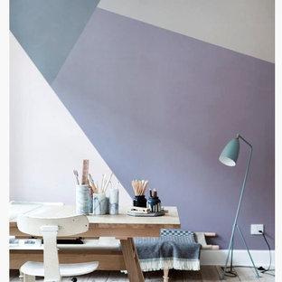 Imagen de dormitorio tipo loft, moderno, de tamaño medio, sin chimenea, con paredes púrpuras y suelo de madera clara