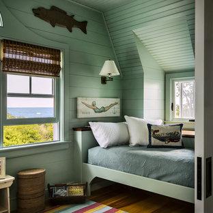 Bild på ett litet maritimt gästrum, med gröna väggar, ljust trägolv och beiget golv