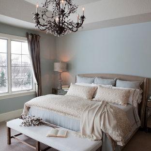 Esempio di una camera da letto stile shabby con pareti blu