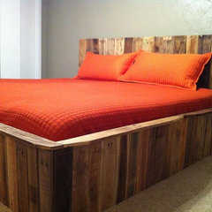 contemporary bedroom Pallet bed