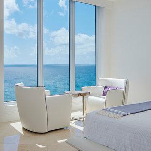 Diseño de dormitorio principal, moderno, de tamaño medio, con paredes blancas, suelo de mármol y suelo beige