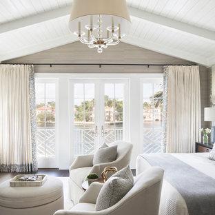 Idee per una camera matrimoniale costiera con pareti beige, parquet scuro, nessun camino e pavimento marrone