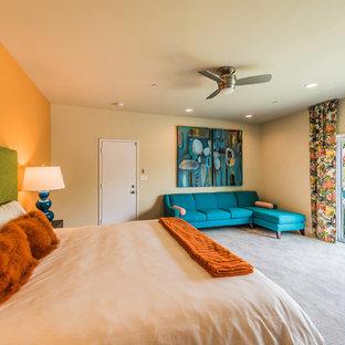 Свежая идея для дизайна: гостевая спальня среднего размера в стиле ретро с оранжевыми стенами, ковровым покрытием и серым полом - отличное фото интерьера