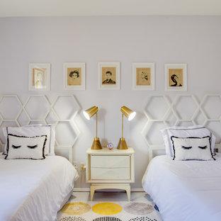 60 tals inredning av ett litet gästrum, med grå väggar, betonggolv och vitt golv