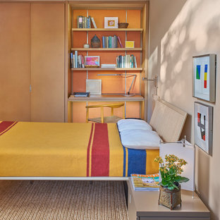 Mittelgroßes Retro Gästezimmer mit beiger Wandfarbe, Porzellan-Bodenfliesen und braunem Boden in Chicago