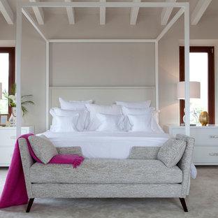 Ejemplo de dormitorio principal, marinero, con paredes grises, moqueta y suelo gris