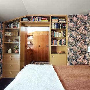 Foto di una camera da letto minimalista con pareti multicolore e pavimento nero