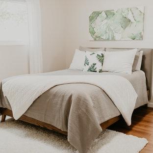 ニューヨークの中くらいのミッドセンチュリースタイルのおしゃれな主寝室 (ベージュの壁、濃色無垢フローリング、暖炉なし、茶色い床)