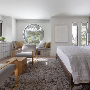 Idee per una camera da letto contemporanea con pareti bianche, pavimento in legno massello medio, camino lineare Ribbon, cornice del camino piastrellata e pavimento marrone