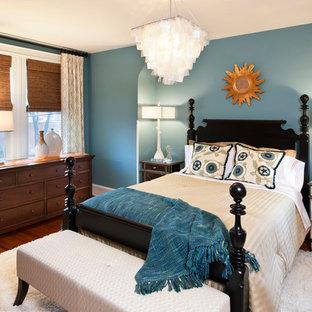 Imagen de habitación de invitados tradicional, pequeña, con paredes azules y suelo de madera oscura