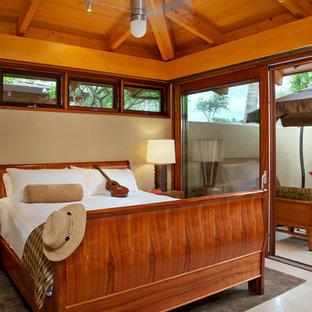 Diseño de dormitorio tropical con paredes beige