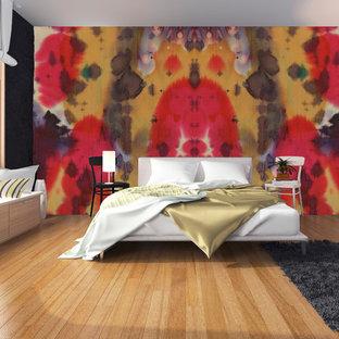 Foto de dormitorio principal, actual, grande, con paredes blancas y suelo de bambú