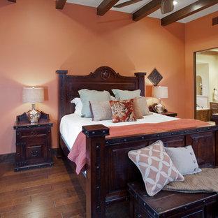 Diseño de dormitorio de estilo americano con paredes rosas y suelo de madera oscura