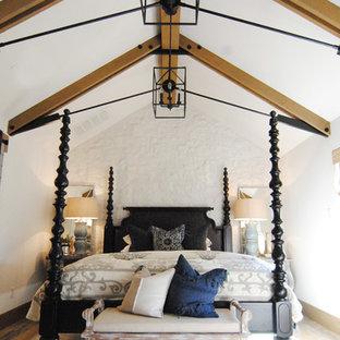 Idee per una grande camera matrimoniale eclettica con pareti bianche, pavimento in vinile, camino ad angolo, cornice del camino in pietra e pavimento marrone