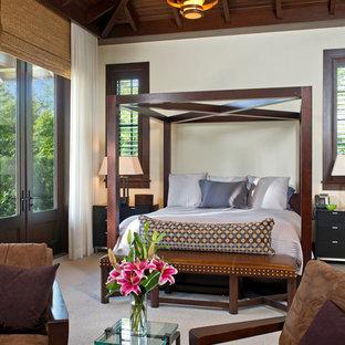 Foto di una grande camera matrimoniale tropicale con pareti bianche, moquette e nessun camino