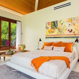 Modelo de dormitorio principal, tropical, grande, sin chimenea, con paredes blancas, moqueta y suelo beige