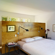 Midcentury Bedroom by Billinkoff Architecture PLLC