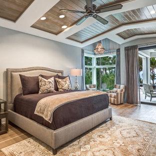 Удачное сочетание для дизайна помещения: хозяйская спальня в морском стиле с серыми стенами и светлым паркетным полом - самое интересное для вас