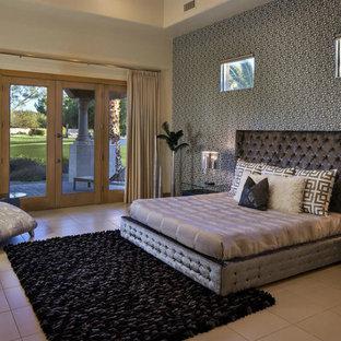 Idee per una grande camera matrimoniale contemporanea con pareti grigie, pavimento con piastrelle in ceramica, camino classico e cornice del camino in pietra