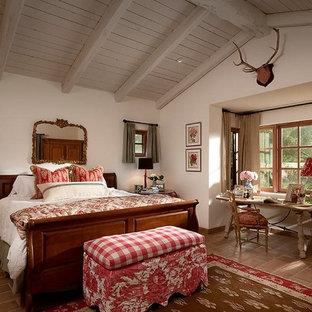 Idéer för att renovera ett amerikanskt sovrum, med beige väggar och klinkergolv i terrakotta