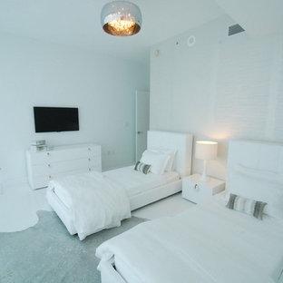 Diseño de dormitorio minimalista con suelo blanco