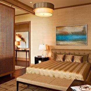 Foto de habitación de invitados actual, grande, sin chimenea, con paredes beige y suelo de madera oscura