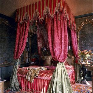 Esempio di una camera matrimoniale vittoriana di medie dimensioni con pareti multicolore e nessun camino