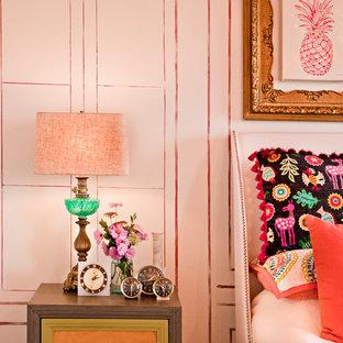 Foto på ett mellanstort shabby chic-inspirerat sovrum, med rosa väggar och heltäckningsmatta