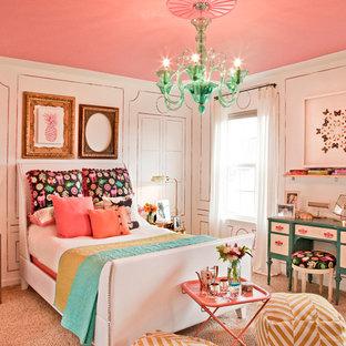 Aménagement d'une chambre avec moquette romantique de taille moyenne avec un mur rose.