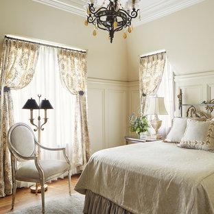Idées déco pour une chambre parentale victorienne avec un mur beige, un sol en bois brun et aucune cheminée.