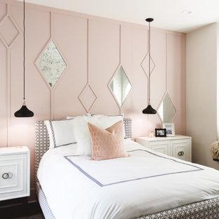 Immagine di una camera degli ospiti contemporanea di medie dimensioni con pareti rosa, parquet scuro, pavimento marrone e pannellatura