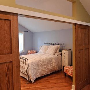 Ejemplo de dormitorio principal, clásico, grande, con paredes azules