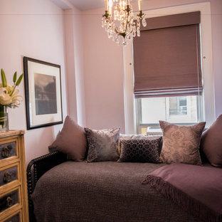 Idéer för ett mellanstort shabby chic-inspirerat huvudsovrum, med lila väggar, heltäckningsmatta och flerfärgat golv