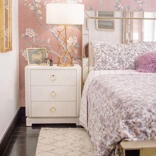 Foto di una camera matrimoniale contemporanea di medie dimensioni con pareti rosa, pavimento in legno verniciato e pavimento nero